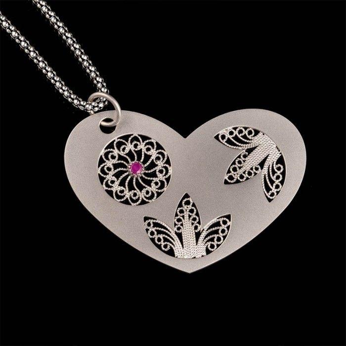 Filigrana de plata en un diseño hermoso y femenino corazón