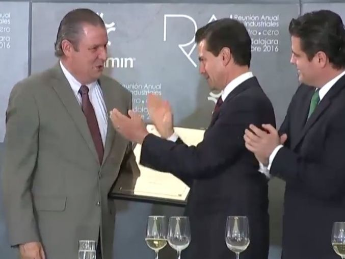Peña entrega reconocimiento a EL INFORMADOR - Informador.com.mx