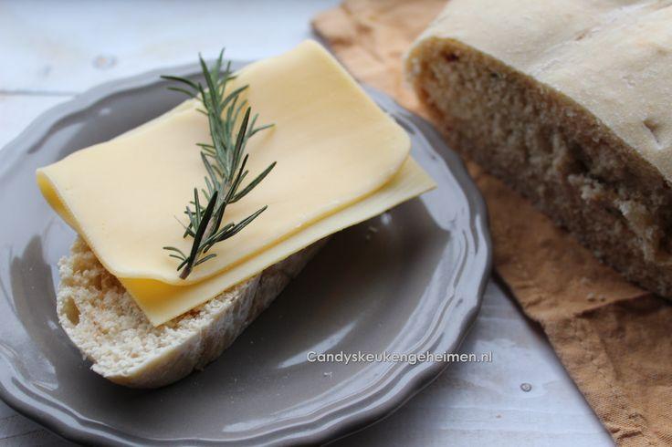 Het is zo lekker als je huis zich vult met de geur van vers gebakken brood , alleen daarom zou ik elke dag albrood willen bakken. Omdat ik een keer zin had in een ander brood als normaal maakte ik deze variant namelijk rozemarijn brood …