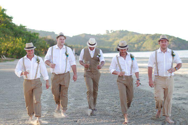 Groom and groomsmen in braces and hats   Novio y padrinos de boda con tirantes y sombreros.
