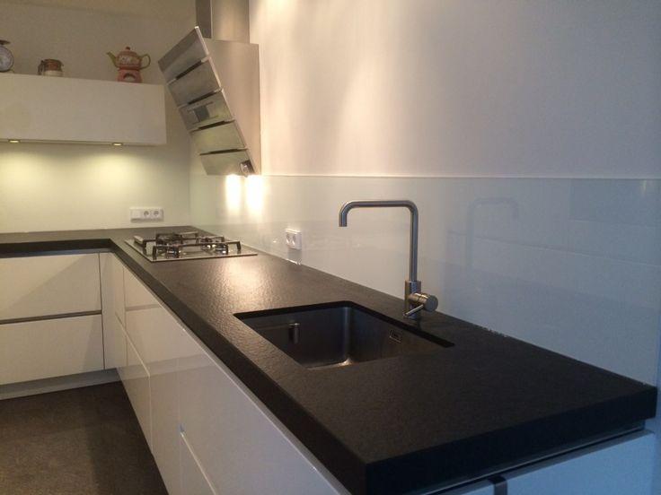 Lange witte Keukenglas achterwand uit 1 stuk #keukeninspiratie #splashback #kitcheninspiration
