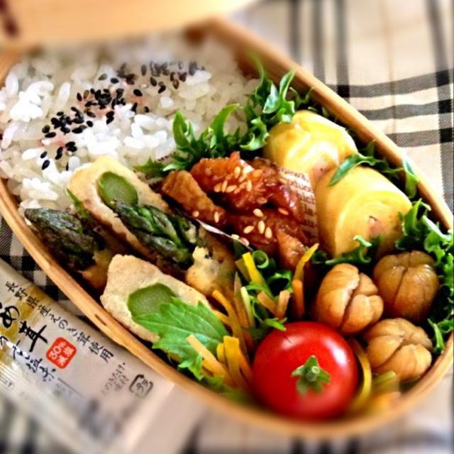 サッと茹でたアスパラに、生姜風味のつくね種を巻いてフライパンで焼きました。 転がしながら焼いて丸みを出すはずが、四角い… 副菜は、カニかま入り卵焼き・竹輪のキンピラ・ソーセージ・人参とパプリカの千切りサラダ・プチトマト。 お弁当用のなめ茸も( ^ω^ )  あと一日で花金やわ( ̄▽ ̄*) - 235件のもぐもぐ - アスパラの塩つくね巻きのお弁当 by beeline
