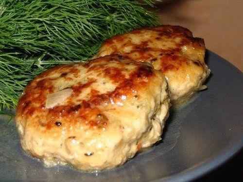 """Ингредиенты:  Филе куриное-300 г. Сырок (напр., """"Дружба"""")-1 шт. Яйцо-1 шт. Чеснок-2 зубч. Майонез-2 стол.л. Мука-1 стол.л. Специи.  Приготовление:1. Филе нарезать небольшими кусочками +сыр (…"""