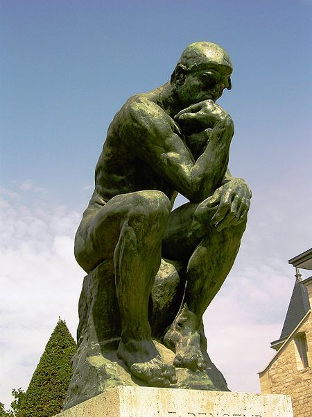 Foto dengan pose patung The Thinker #BebasLiburan