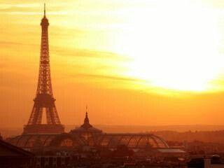 Μια ηλιολουστη μερα κατω απο τον πυργο του Αιφελ♡♡♡
