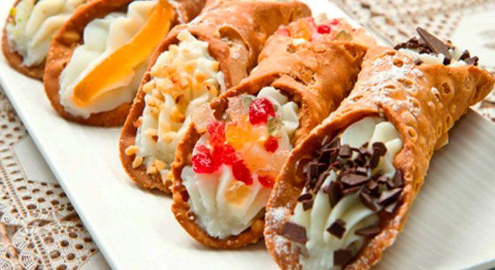 """El cannolo (en italiano significa """"pequeño tubo"""", en plural Cannoli) es un dulce típico de Sicilia, lugar de donde es originario. El postre consiste en una masa enrollada en forma de tubo y dentro posee un relleno dulce con queso ricota. Es tan popular en Sicilia que es muy rara la pastelería donde no se comercializa una bandeja de cannoli."""