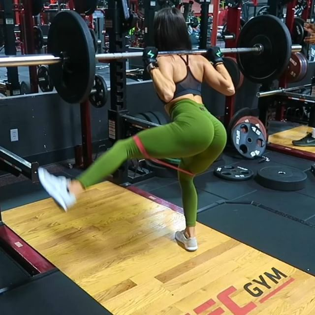 How to engage your glutes with compound exercises, it's pretty simple you can add resistance bands for more glute tension! One of my favorite booty machines happens to be the leg press it's not only for quads, you can do single leg side press! it workouts