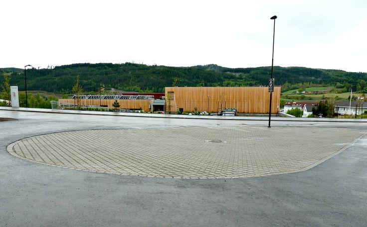 Aaltvedt Priora Øko til parkeringen på Hadeland vgs på Gran. Et permeabelt dekke som holder bukt med overvann.