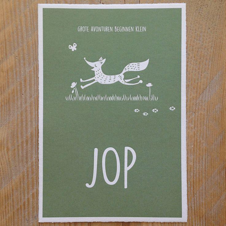 Geboortekaartje van Jop met illustratie van een vos naar aanleiding van de straatnaam van het nieuwe huis.  Van de illustratie is ook een sjabloon gemaakt: mama en papa hebben daarmee het vosjemooi op de muur van de babykamer geschilderd!  Gedrukt op Oud Hollands papier: met een karakteristiekegekartelde rand.  Extraatje: houten broche van devos als kraamkadootje.