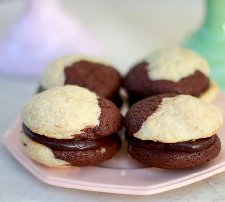 Whoopies är söta småkakor som man lägger ihop med frosting i mitten. Här är två olika varianter med choklad och vanilj, samt frosting med färska hallon eller nutella.