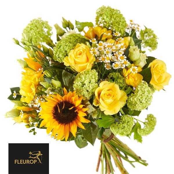 Haal de zon in huis met dit gele boeket, vol met zonnebloemen, rozen en sneeuwballen Samenstelling: roos, sneeuwbal, zonnebloem