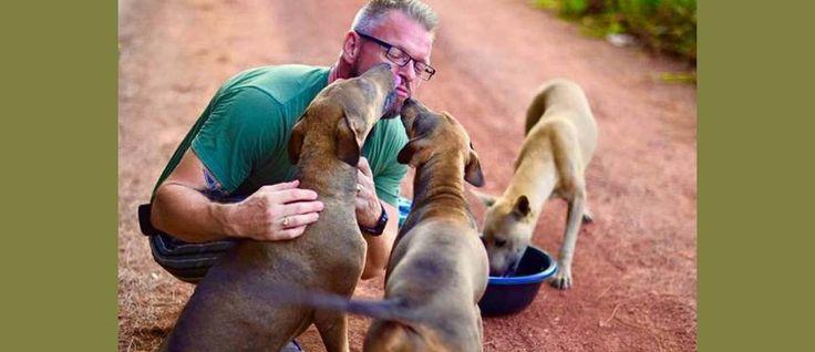 """""""De man die honden redt"""", zo staat hij bekend. Drie keer per dag maakt hij een mengsel van hondenvoer met ingrediënten zoals kip, vis, rijst, droge hondenbrokken, oliën of zelfgemaakte bouillon. Vervolgens laadt hij dit in zijn auto en voert dit aan meer dan 80 zwerfhonden op drie locaties in de stad."""