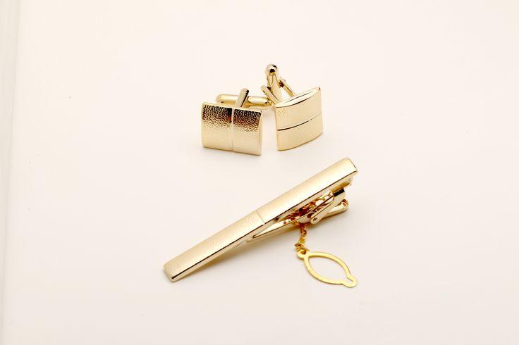 Slanke maar solide rechthoekige gouden manchetknopen en dasspeld met een eenvoudig streep in het midden. Een stevige staaf en sluiting, ook in goud, maken het plaatje compleet. Dit zijn manchetknopen voor elke aspirant Bond-schurk. De set word verzonden in een doosje. http://justmerried.luondo.nl/11865309/gouden-gestreepte-set
