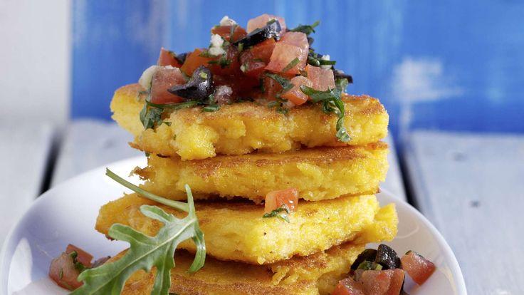 Gebratene Polentaschnitten schmecken mit kalter Tomatensauce aus rohen Tomaten, Olivenöl, Zitrone, Sardellenfilets, Oliven und Rucola fein südländisch.