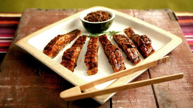 Salmón a la parrila con cebolla caramelizada en aceite balsámico (Grilled salmon with balsamic onion glaze) - Anna Olson - Receta - Canal Cocina