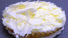 Smurfentaart   pot abrikozencompote 2 dl room 1 el bloemsuiker 100 gr witte chocolade 1 rol bladerdeeg vanillepudding