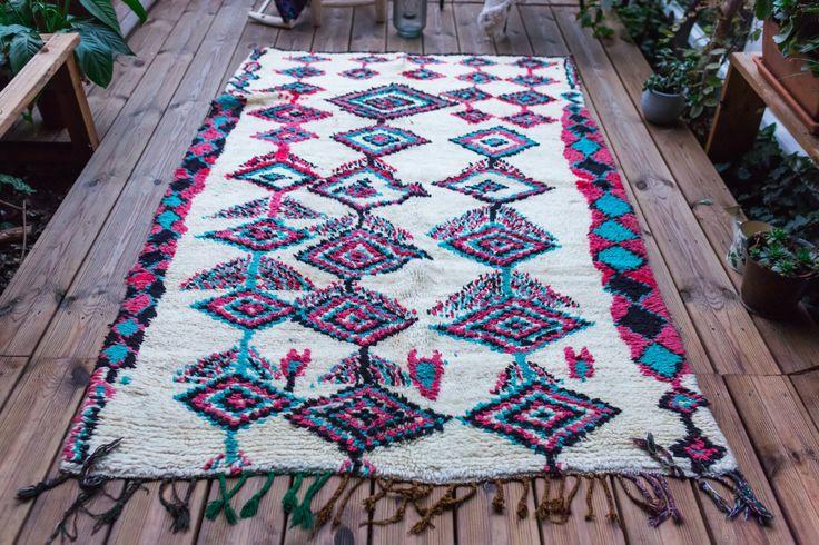 Berber Teppich aus Wolle AZILAL mit Rauten Farben rosa, schwarz und Türkis. Im Marokko gemacht. 100 % Handarbeit. Abmessungen: 134 x 206 cm    Bitte kontaktieren Sie uns um genau berechnen Sie die Höhe der Versandkosten für Lieferungen in andere Länder.