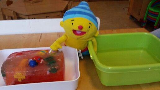 Een bak met handwarm water en een bak met ijs waar speelgoed in zit. Wat is warm en wat is koud?
