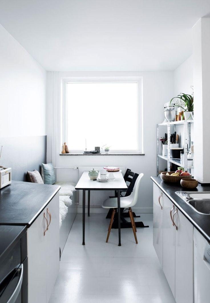Essplatz in der skandinavischen Küche - schwarz und weiß
