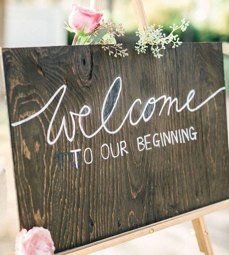 Inspiração Tullier: Quadro de boas vindas para convidados de casamento. Pode ser uma lousa, quadro negro ou mesmo uma placa de madeira, como essa da foto. Misture tipografias que fica lindo!