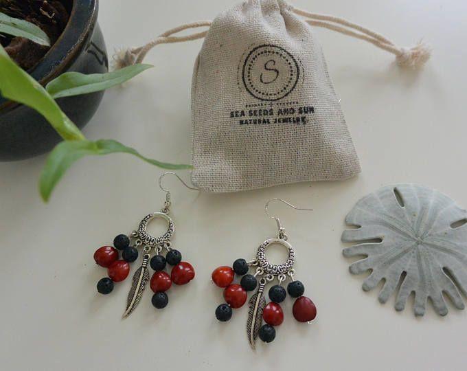 Boucles d'oreilles naturelles faites en graines tropicales avec plume. Avec son emballage : petit sac en coton style toile de jute : pas d'emballage plastique !