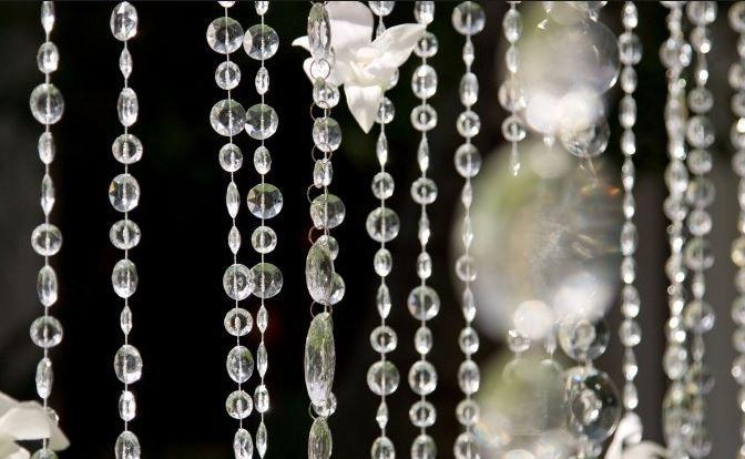 Prinsessens Bryllup hvor du finde smukke krystal guirlander til at dekorere alt fra ceremonien til tabellerne.