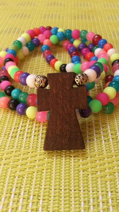 Vidrios pintados multicolores y cruz de madera
