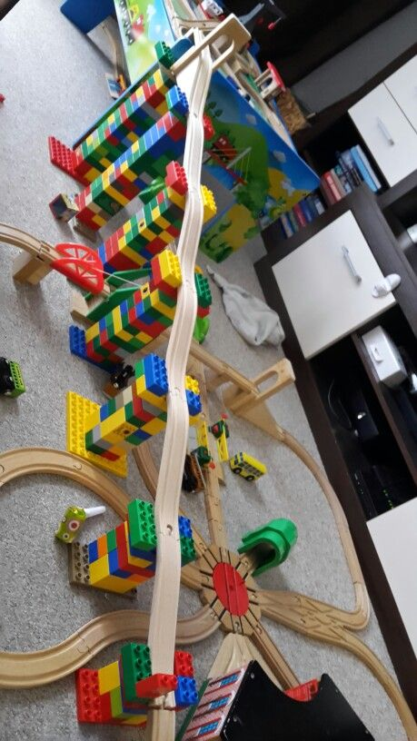 Holzeisenbahn auf 2 Ebenen dank Lego kein Problem ☺