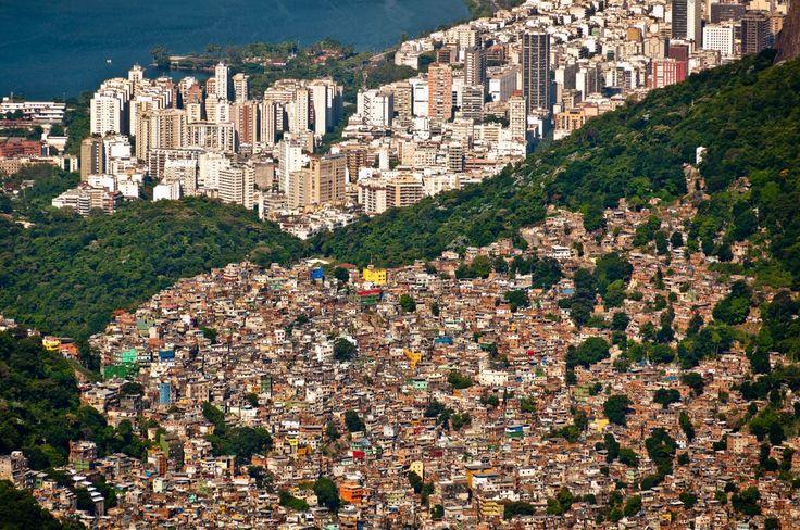 Desigualdade Social no Brasil - Vista Aérea da Favela da Rocinha no Rio de Janeiro.
