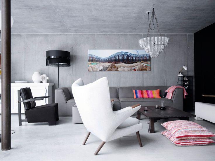 Japanske sofabordet fra 1920-tallet står en grå 6905 Gelderlandsofa designet av Scholten & Baijings og en PP19-stol av Hans J. Wegner fra Klassik.dk. Den hvite kommoden Paper Buffet er laget av papir og er designet av Studio Job, mens den svarte stålampen Fringe 5 er fra Studio Edward van Vliet (SEVV) for Moooi, og lysekronen Milk Bottle er designet av Bonne Plat for Leitmotiv. Puter og pledd er designet av Scholten & Baijings for Thomas Eyck./p
