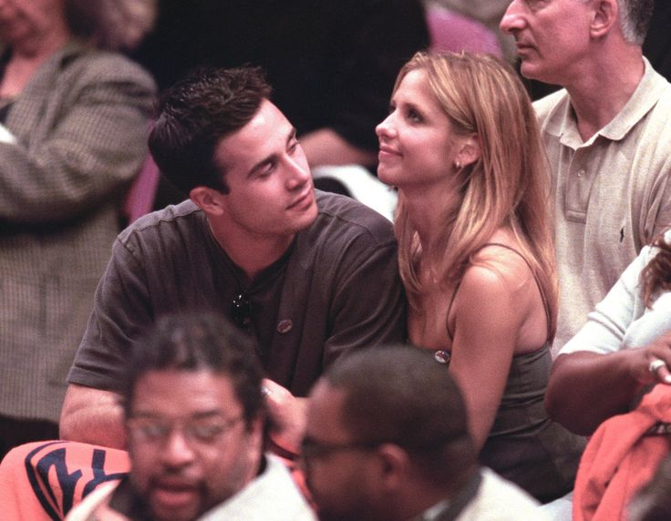 Sarah Michelle Gellar and Freddie Prinze, Jr. - This adorable couple met on the set of 1997's I Know What You Did Last Summer. Both became known for their starring roles in teen dramas like She's All That and Buffy the Vampire Slayer, this was a real love-at-first-sight story that their fans couldn't get enough of. Gellar, 39, and Prinze, 40, have two children together.
