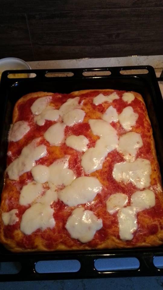 Pizza al taglio Bimby, buona buona come quella comprata in pizzeria. Per prepararla occorrono: 500 gr di farina 00, 25 gr di lievito di birra, 250 gr di...