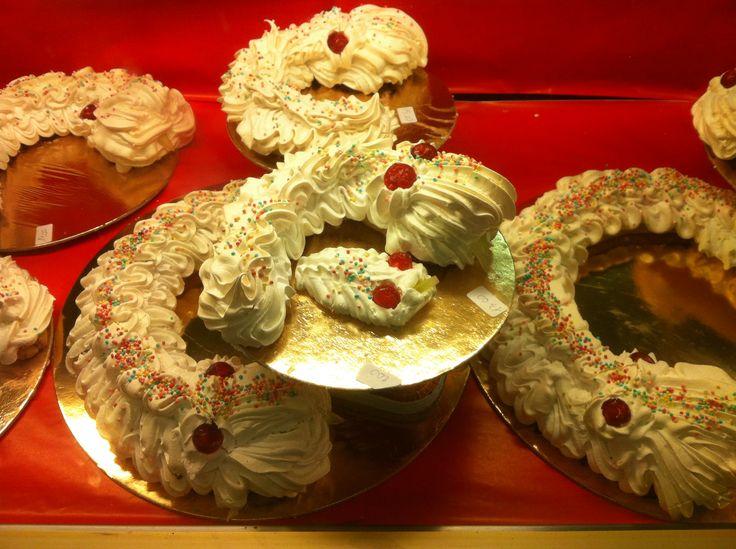 """Il biscione reggiano è un prodotto tipico dell'arte culinaria delle antiche pasticcerie della città di Reggio Emilia. È un dolce tipico del periodo natalizio, infatti a Reggio Emilia è denominato anche """"Biscione natalizio""""."""