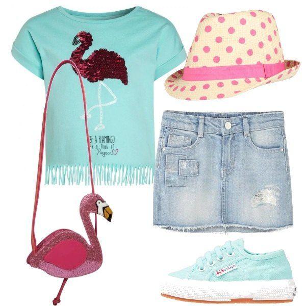 Una t-shirt con un fenicottero di paillettes disegnato sul davanti viene proposta con una mini in jeans e un paio di sneakers dello stesso colore della maglietta. La borsetta è a forma di fenicottero e un cappello a pois rosa completa la composizione pensata per una bimba vanitosa che ama gli animali.