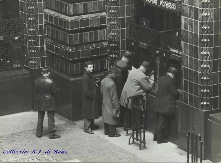 Toen je nog niet kon pinnen, postkantoor aan de Coolsingel.