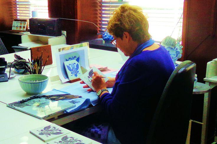 Het wereldberoemde Delftse aardewerk wordt ook nu nog volgens eeuwenoude tradities volledig met de hand geschilderd. Een plateelschilderes is aan het werk in het atelier van De Porceleyne Fles.
