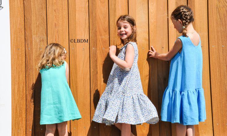 Justine porte une robe Mimi Jade et Juliette portent une robe Patou