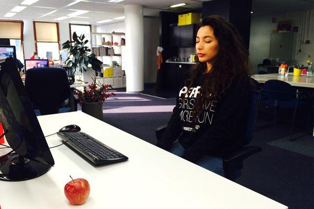 Yoga oefeningen achter je bureau