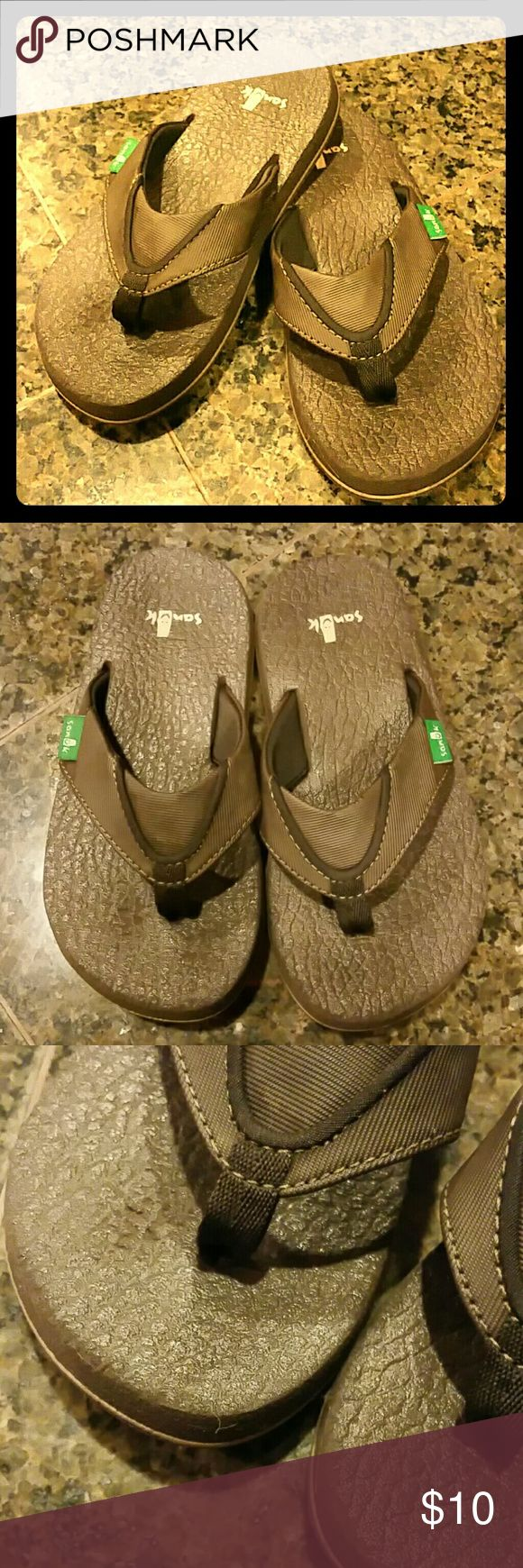 Boys Sanuk Flip Flops Great Sanuk flip flops for boys in size 12-13.  Only worn for one season.  Only signs of wear is under the toes on the right shoe (as shown in 3rd photo) and on the heels (as shown on 4th photo). Sanuk Shoes Sandals & Flip Flops