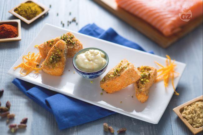 I bocconcini di salmone speziato croccante sono dei piccoli triangolini di pesce perfetti da servire come antipasto!