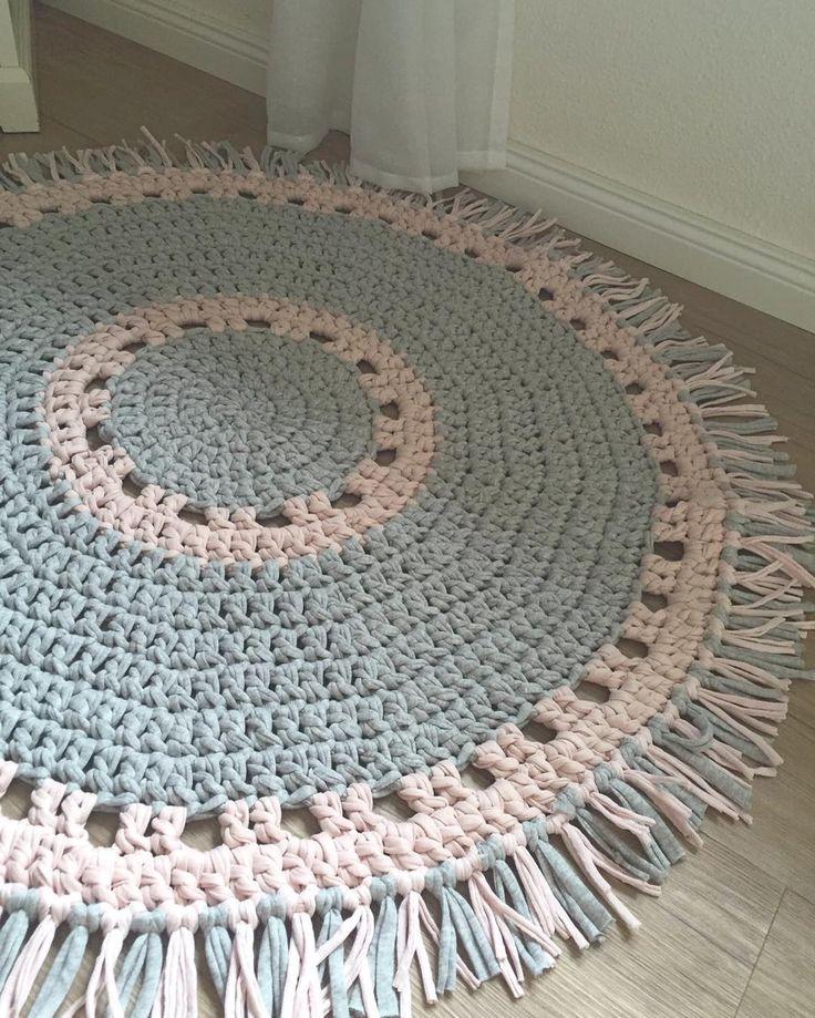 Fransenteppich grau/rosa 1m #crochetrug #häkeln #crochet #häkelnisttoll #shareyourhoooked #kinderzimmer #babyzimmer #schwanger #teppich #rosa #grau #textilgarn #fransen #häkelliebe