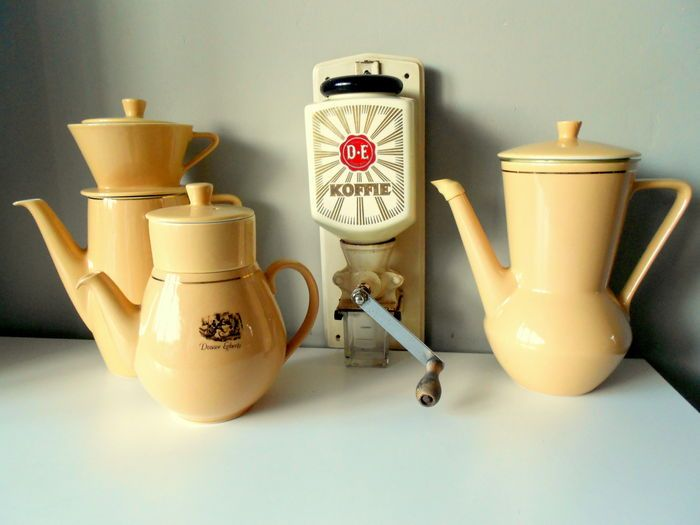 Online veilinghuis Catawiki: Douwe Egberts - Ouderwetse koffiebonen molen en 3 vintage koffie- en theepotten met filters - keramiek, gietijzer, hout en glas