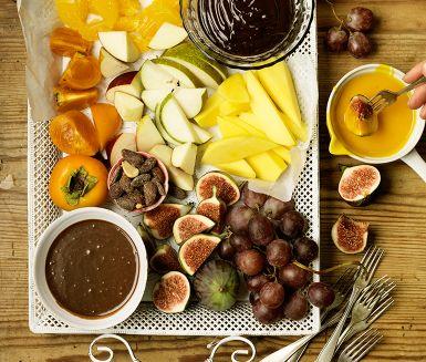 Recept: Chokladfondue i tre smaker | Three chocolate fondues: milk chocolate hazelnut (Nutella) fondue; dark chocolate licorice fondue; white chocolate saffron fondue