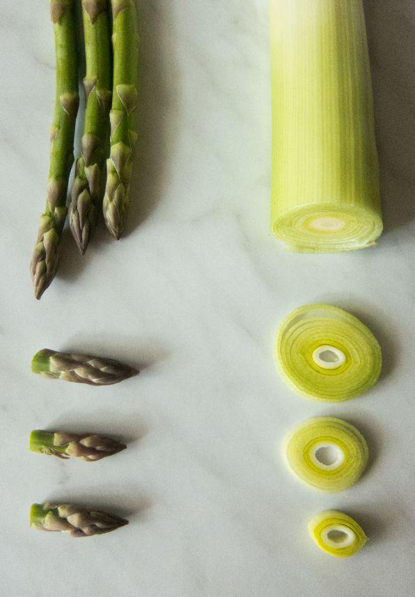 Tartellette di pasta briseè con crema di porri, asparagi e gamberi croccanti.