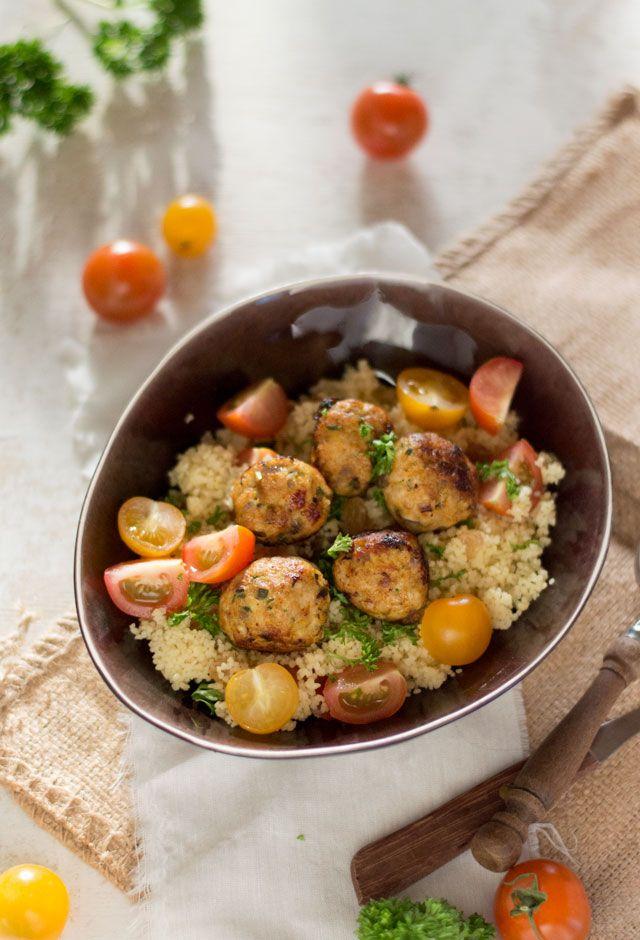 Het recept voor couscous met kipgehaktballetjes zet je binnen 30 (!) minuten op tafel en is een lekker, gezond en makkelijk te maken gerecht.