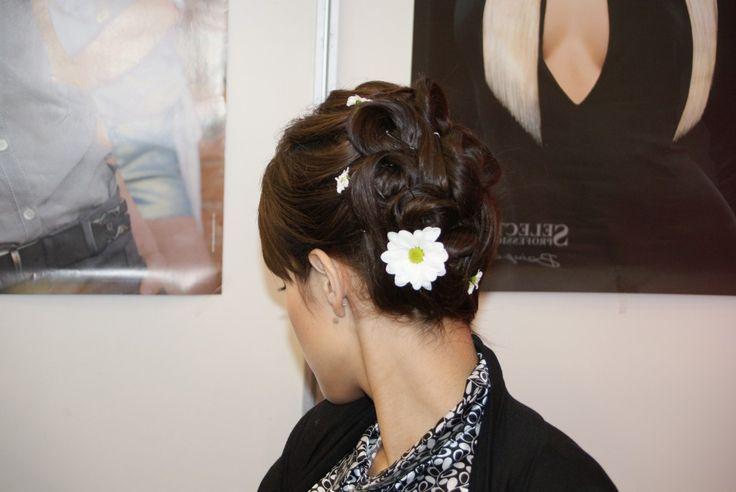 Vidám feltűzött frizura virágokkal