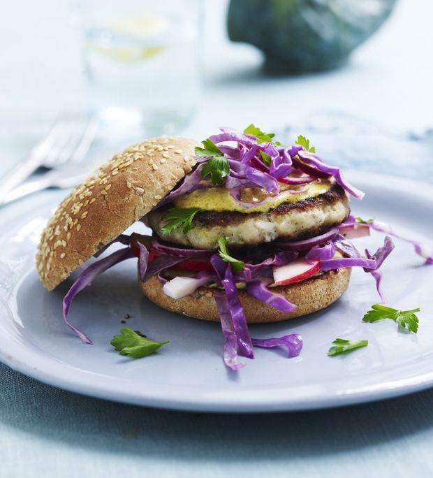 Fiske-burger med karrydressing og kålsalat