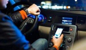 Guida col cellulare, record di incidenti: 1 su 8 non resiste a sms e chiamate