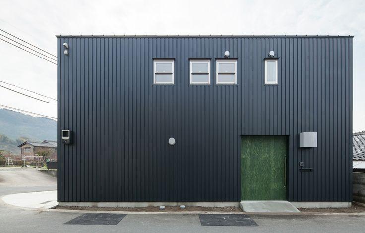 幅広の玄関扉は構造用合板で製作。グリーンは建主様チョイス。