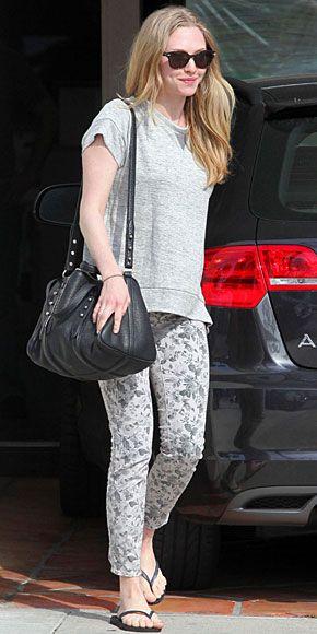 AMANDA SEYFRIED    Aun acompañados con chanclas, unos jeans estampados lucen súper chic. La actriz lució jeans con estampado floral de la marca J. Brand.